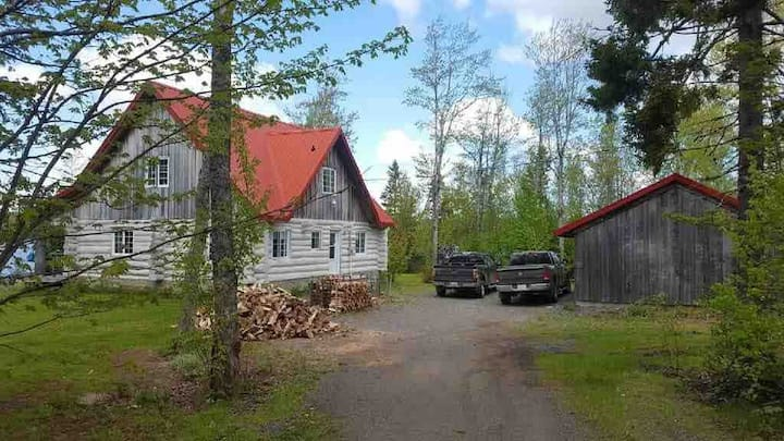 Year round lakefront log cottage near ski hill