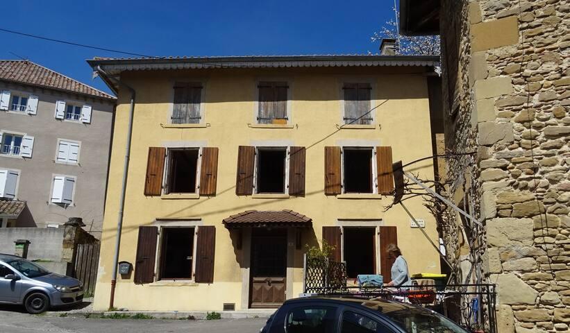 La façade de notre maison de village