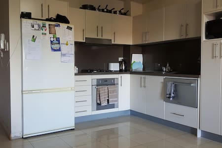Modern room in bright and spacious house! - Annandale - Appartement