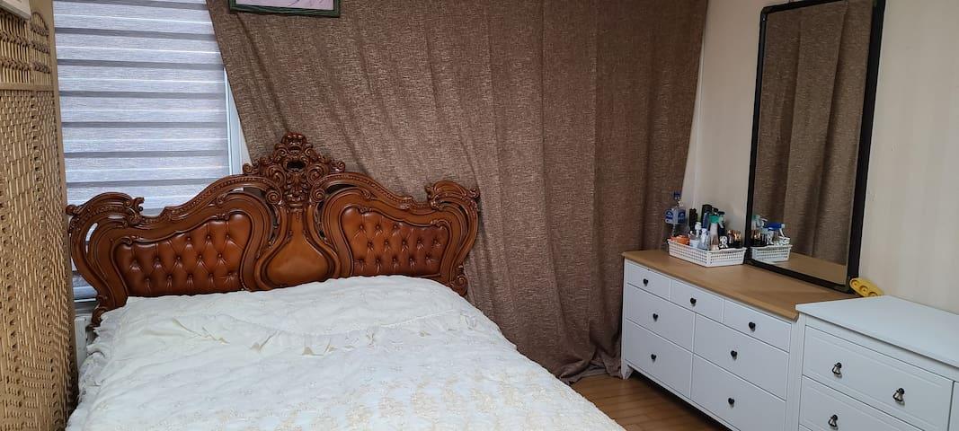 퀸 사이즈 침대.