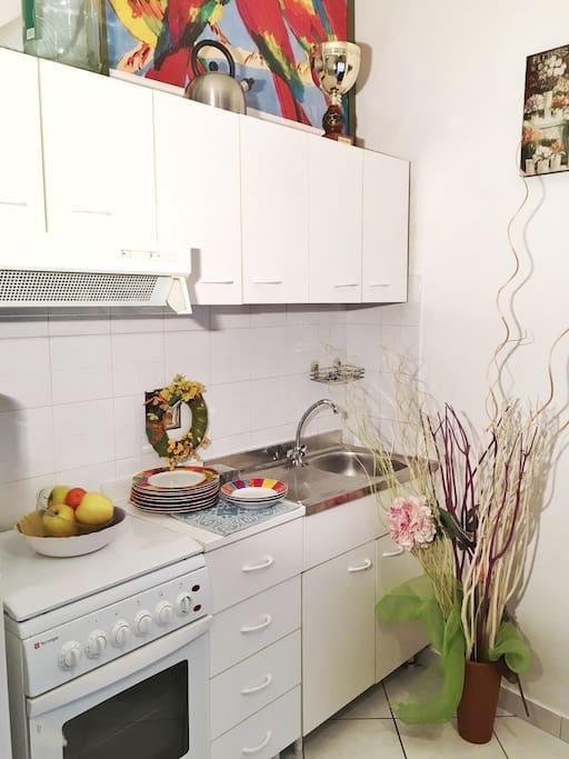 Cucina organizzata con tavolo per 6