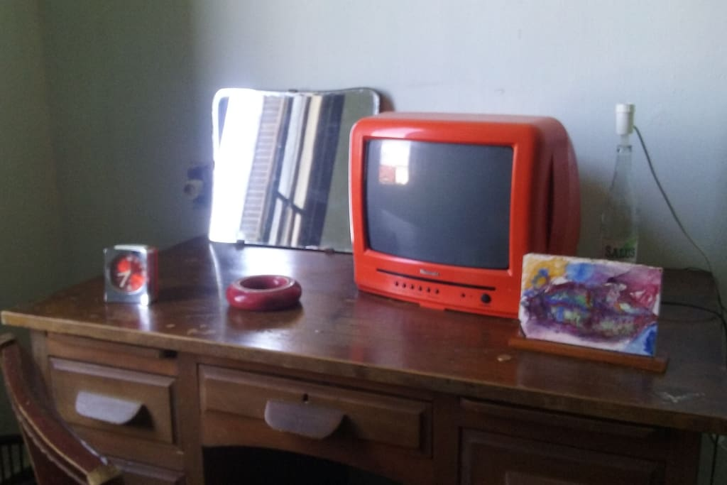 Escritorio con TV y lámpara