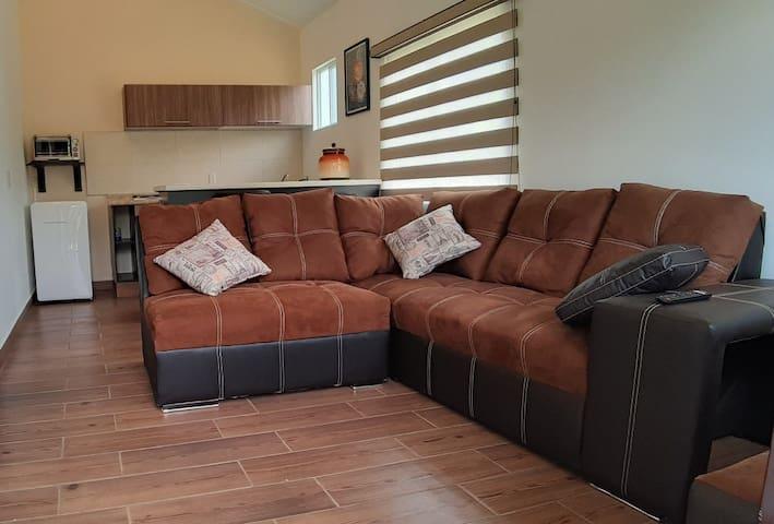 A la entrada encuentras estos cómodos sillones donde puedes ver en la tele tus series o películas favoritas.