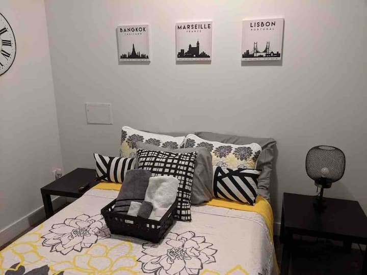 Full bed w/Netflix near , UofChicago, and train