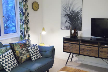 Self contained 2 bedroom flat. 200m from the sea