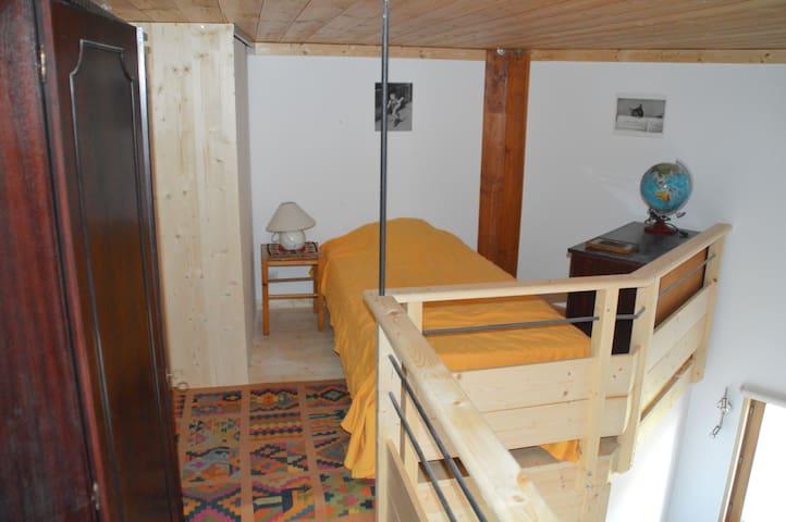 La plus petite mezzanine avec un lit à une place (vue sans le treillis ajouté après (voir autre photo).