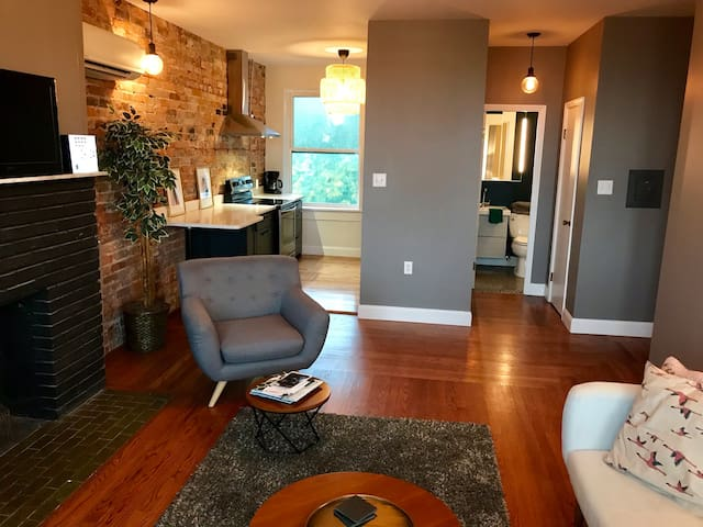 Hilltop cityview home away from home! Free parking
