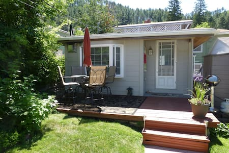 Backyard Cottage B&B - Deadwood