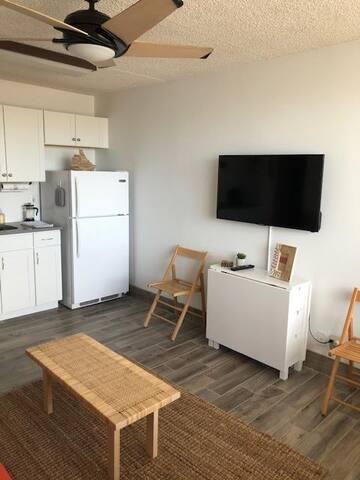 Modern condo 1 block from the beach