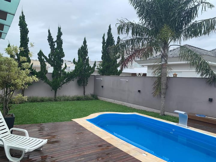 Casa com piscina, Bairro alto padrão 30min praias