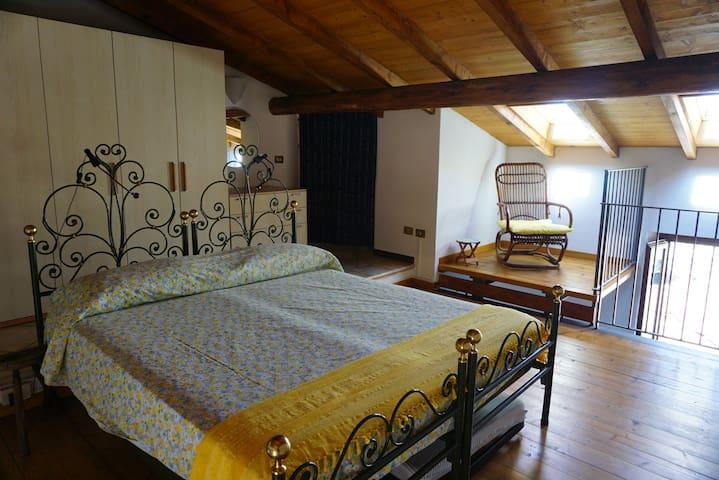 Il soppalco con abbaino vista lago - the mezzanine with lake view dormer