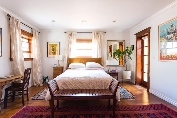 Cute private guesthouse in residential Hollywood
