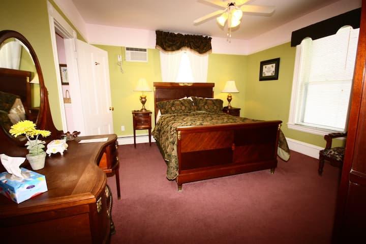 Come From Away B&B Inn - Historic House - J.L. Peters (Room 3)