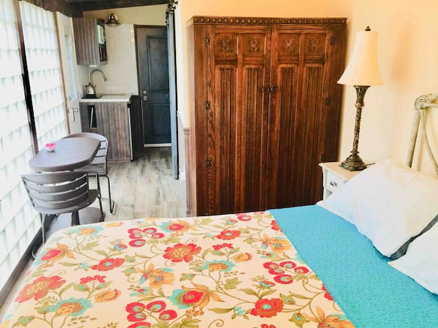Festive 1Bed w/bath Private Entrance  Beach 1 Mile