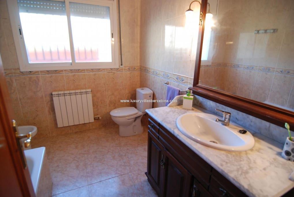 el cuarto de baño es completo, con bañera incluida, de uso independiente solo para los huespedes