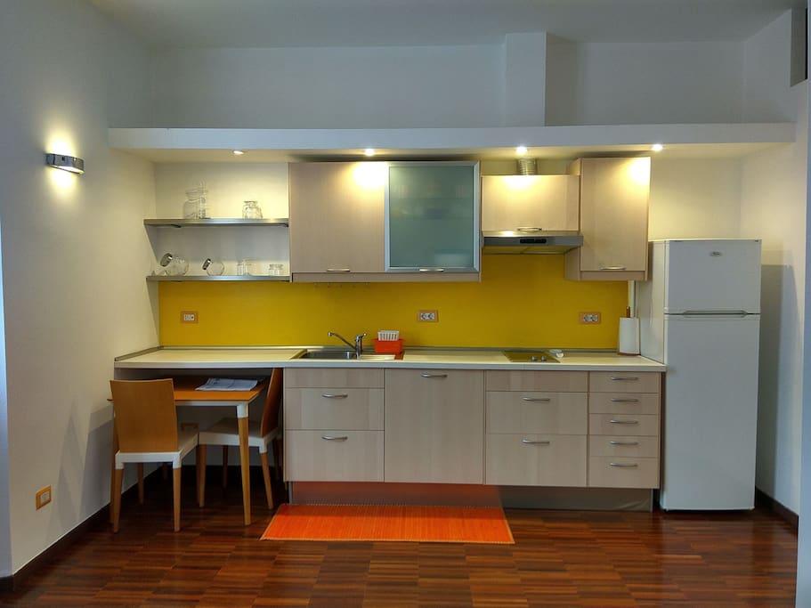 dettaglio cucina con tavolo e sedie