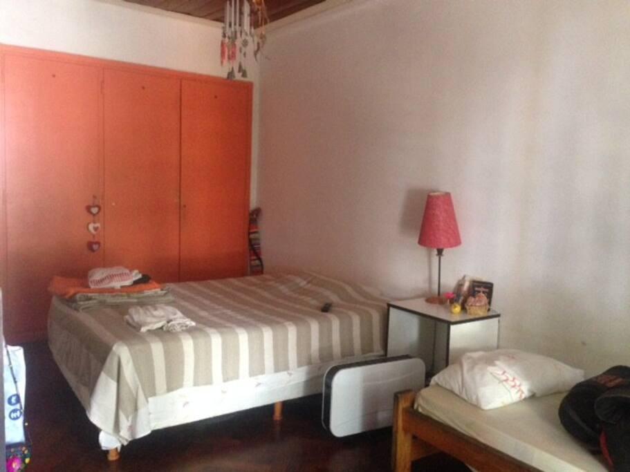 La habitación es muy luminosa y fresca por la suave brisa que viene del río.