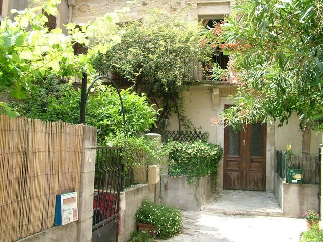 Chambre calme dans maison avec jardin et parking.