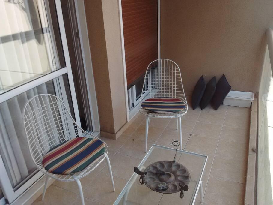 Balcón con 3 sillas y mesa vista al corazón de manzana