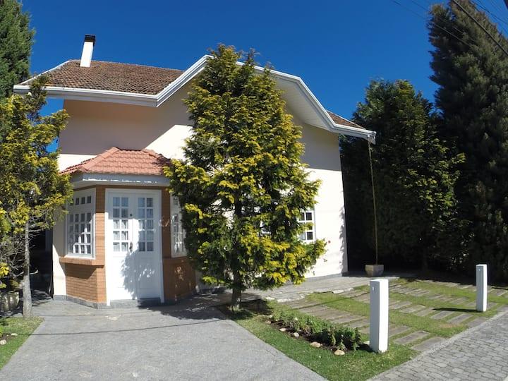 Linda casa em Condomínio no Alto do Capivari