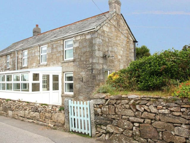 APRIL COTTAGE, pet friendly, with a garden in St Breward, Ref 959662