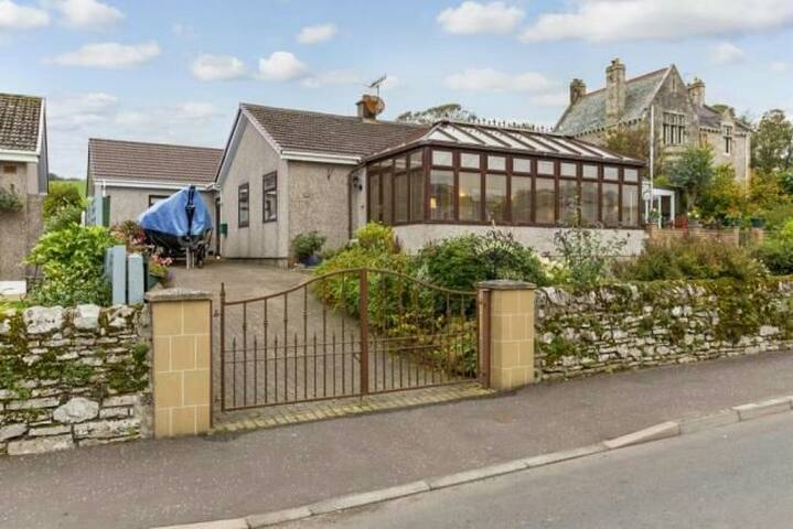 Newark House - 4 Bedrooms in a detached bungalow