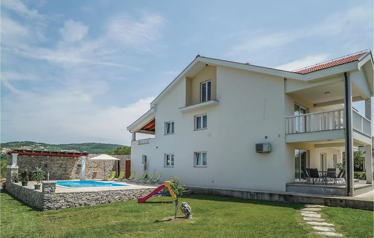 Holiday cottage with 6 bedrooms on 279 m²