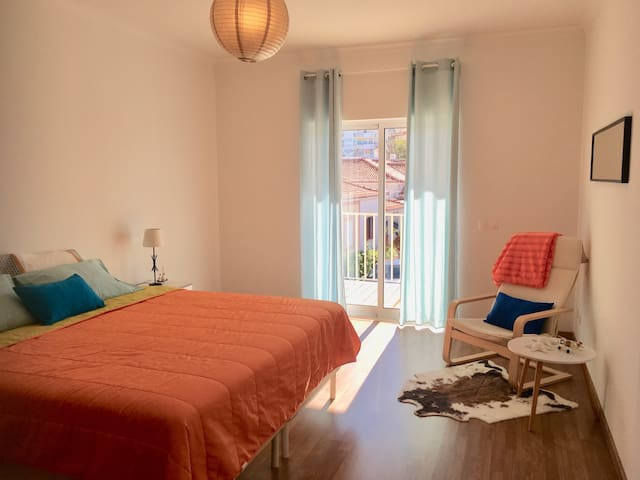 T 2 Bright, Spacious, Colourful stay-Parking/Wifi