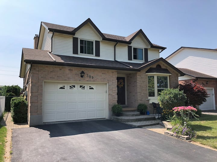 EXECUTIVE HOME WITH POOL IN WATERLOO