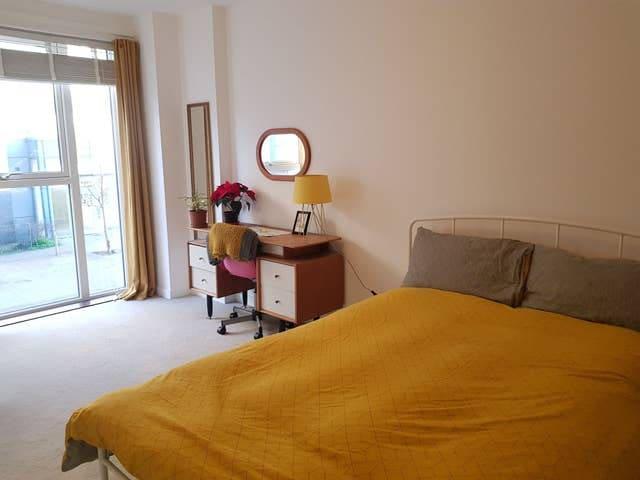 Bright double room w/ en-suite in heart of Brixton