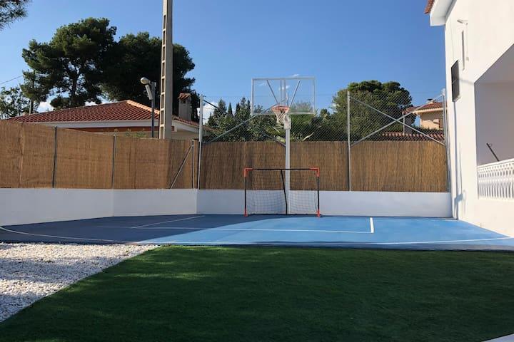 Moderna villa con piscina y cancha de basquet