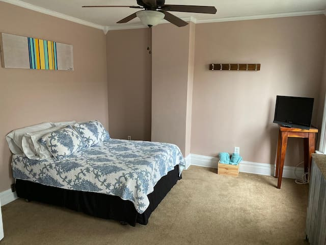 Room in the heart of Red Bank- with parking !