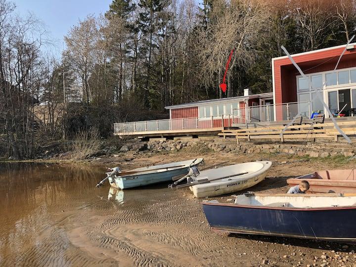 stuga vid sjö