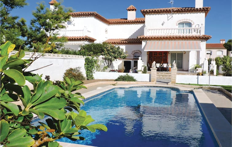Semi-Detached with 4 bedrooms on 140m² in Miami Playa