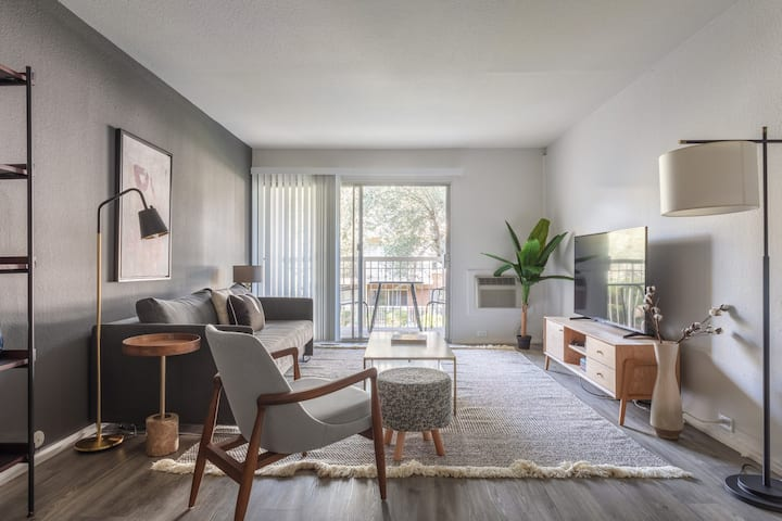 Rad Mountain View 1BR w/ Pool, Parking, near Downtown, by Blueground