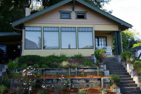 Quiet, Clean, Cozy - Downtown Location! - 库斯湾(Coos Bay) - 独立屋