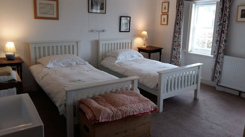 Borrowers' Cottage (twin beds), Hartland village - Hartland - Hus