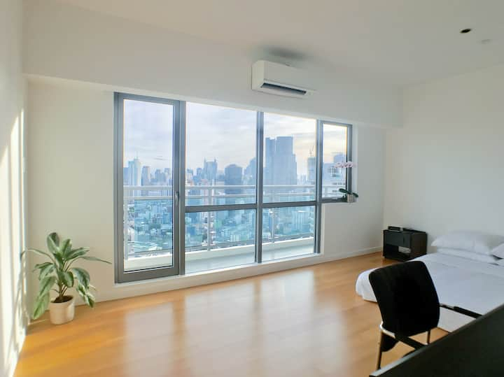 Luxe Minimalist 1BR + Home Theater near Makati/BGC