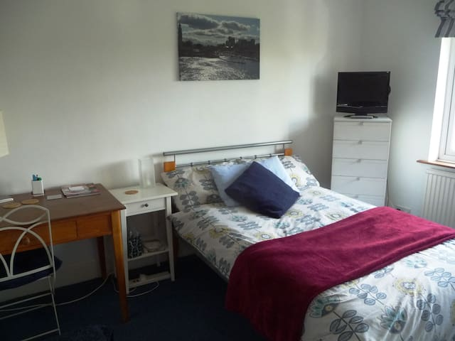 Warm, study bedroom with wifi, parking