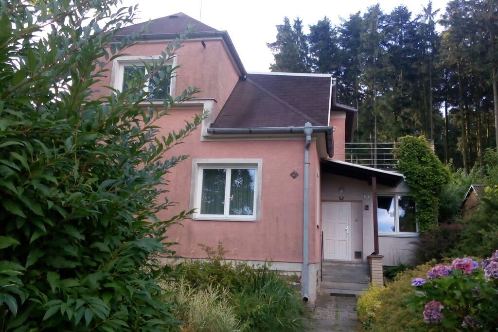Street view of the house. Pohled na dům od branky.