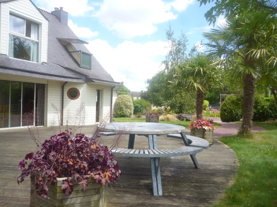 La grande terrasse Sud avec sa table de jardin