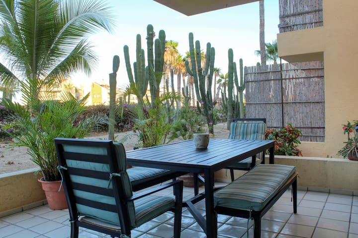 Quiet and cozy walking distance to  beach