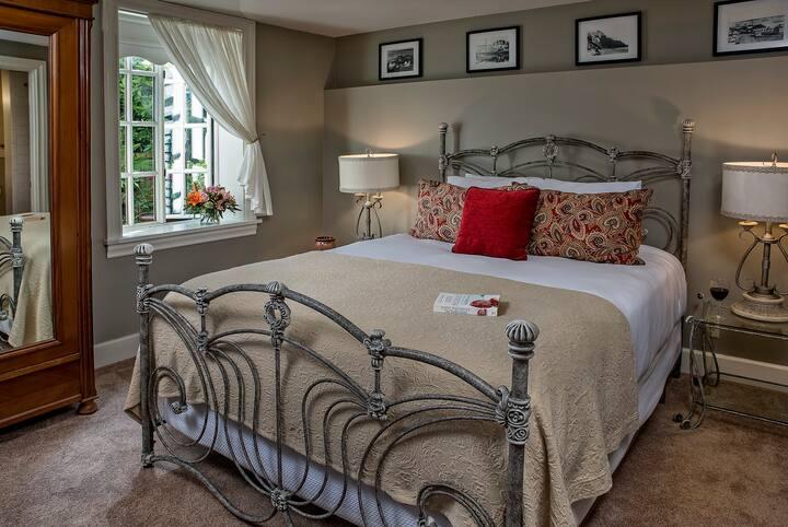 Quincy Room - Ravenscroft Inn