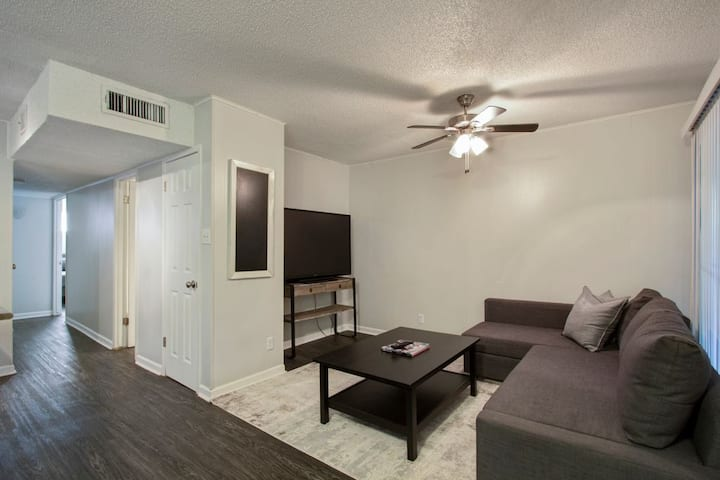 Heart of Austin-- Cozy 2 BD