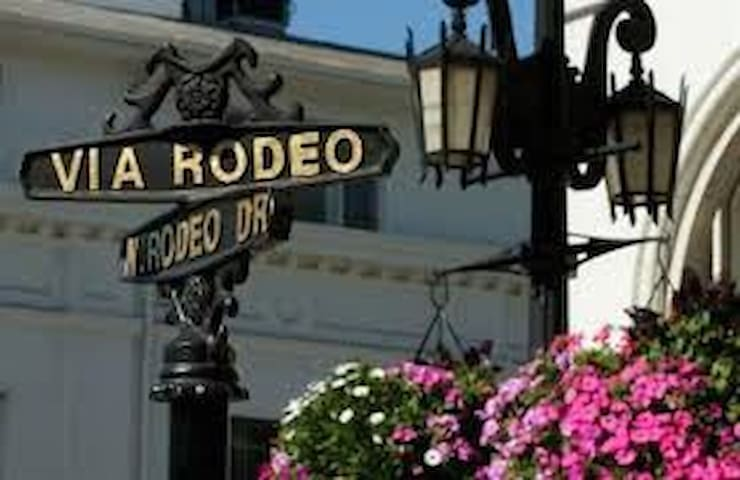 FAMOUS BEVERLY HILLS LIVING BY RODEO DR W/PARKING!