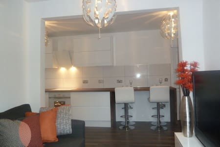 Large 2 Bed Apart, Close to City Ctr, Free Parking