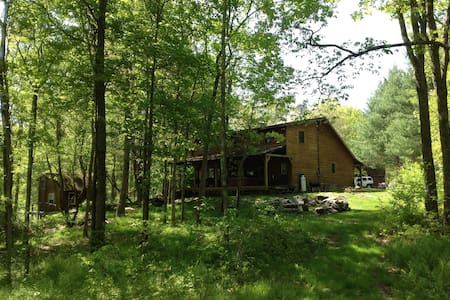 Log Lodge on 10 Acres--Huge Fireplace--Hot Tub!! - House
