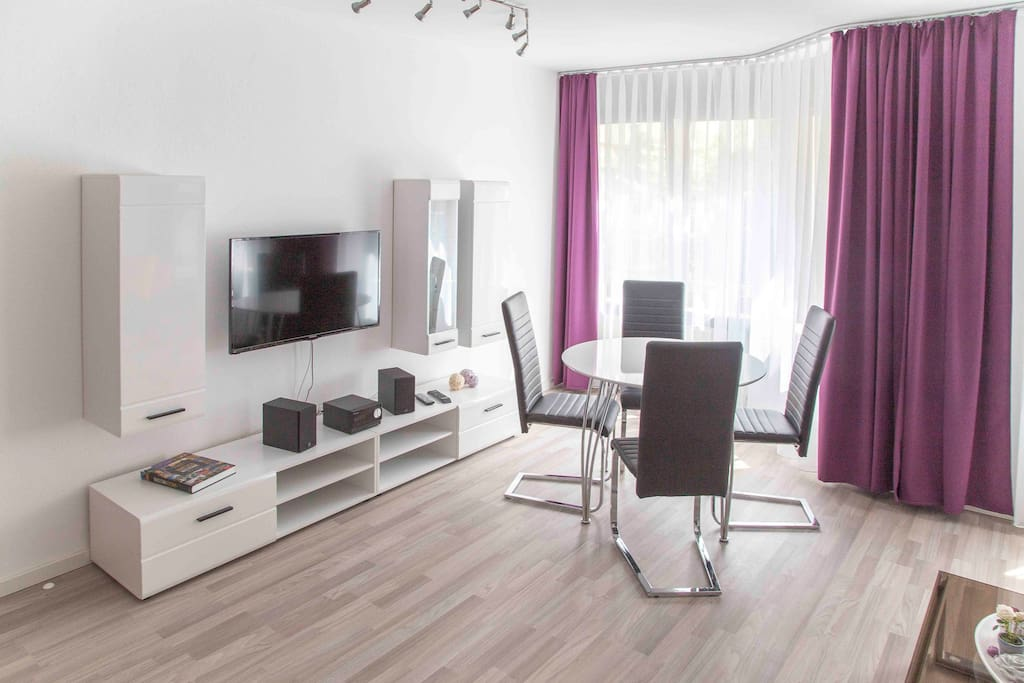 Wohnzimmer mit LED-TV & Stereoanlange inkl.  DVD-Player & Bluetooth
