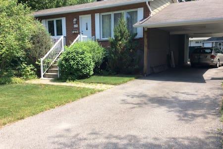 Maison de banlieue pour la famille - Laval - Casa