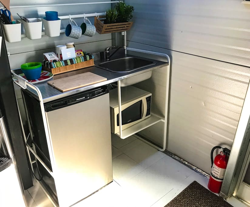 Mini kitchen with microwave refrigerator and running water. Perfect for light preparations for breakfast, lunch and dinner!